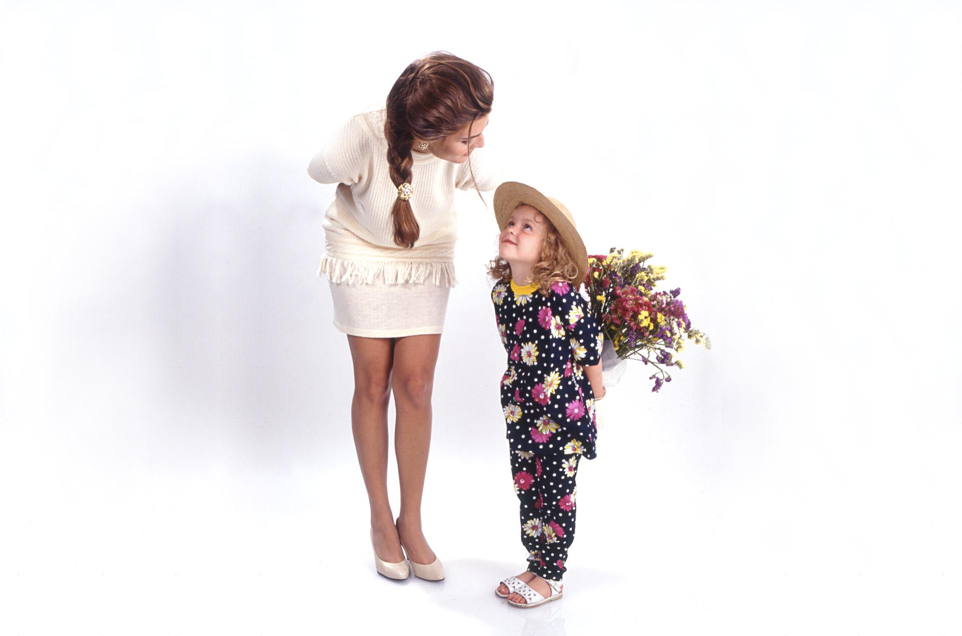 Foto de Hija que da Flores a Mamá