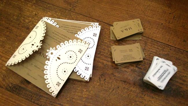 Invitaciones y boletos sobre escritorio boda rústica UNIO