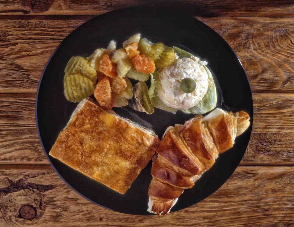 Fotografía de alimento sobre mesa de madera