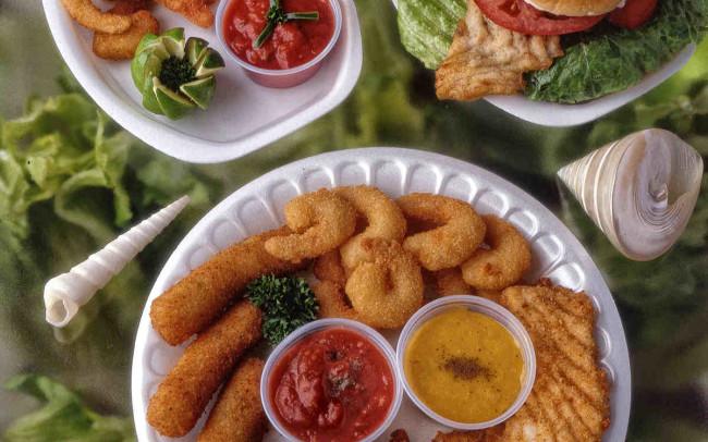 Fotografía de comida sobre fondo de lechugas