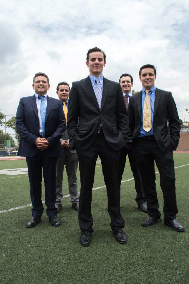 Cuatro hermanos y su padre en graduación