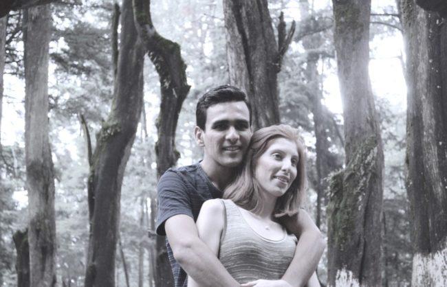 Pareja de novios felices en bosque desierto de los leones - fotografía de bodas